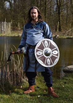 Battle-ready Viking round shield from wood with steel boss and fittings, approx. 1.2 mm steel. // Schaukampf-taugliches Wikinger-Rundschild aus Holz mit Stahlbuckel und Beschlägen aus ca. 1,2 mm Stahl. Für Reenactment und Living History.  // #reenactment #shield #vikings #wikinger