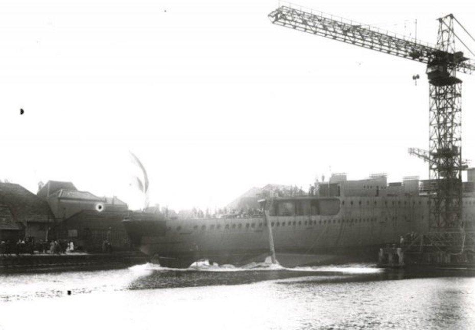 Tewaterlating Kruiser Hr.Ms. Java (1925-1942) de bij de Kon. Mij. De Schelde te Vlissingen copy.jpg