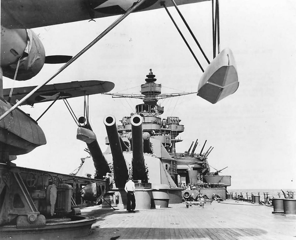 Vought_OS2U_Kingfisher_Ready_for_Launch_aboard_Battleship_USS_Pennsylvania_BB-38_1943.thumb.jpg.feee44352705f1f22fa1acee1c2afdec.jpg