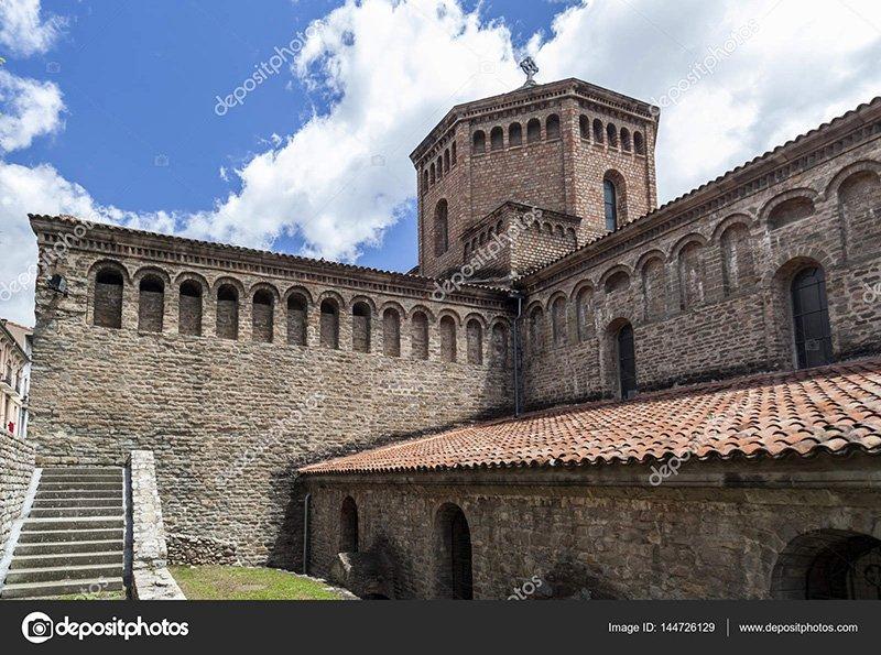 depositphotos_144726129-stock-photo-monastery-of-santa-maria-de.jpg