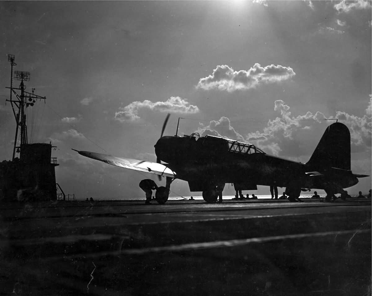SB2U_Vindicator_training_aircraft_carrier_USS_Sable_IX-81_Lake_Michigan..jpg.1e6abe74218e284ae352d88e684b7503.jpg
